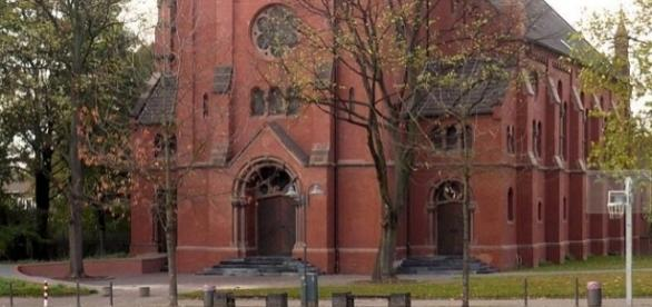 """Bergmannsdom in Essen, auf dessen Stufen pöbelnde Jugendliche """"abhängen"""""""