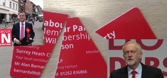 Jeremy Corbyn (en b. à d.) a été réélu mais des travaillistes déchirent leur carte (en h. à g., le député Richard Wilson)