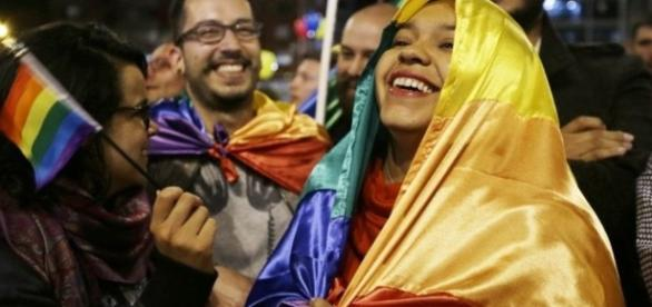 Colombians celebrate as peace deal is reached with Farc rebels ... - bbc.com