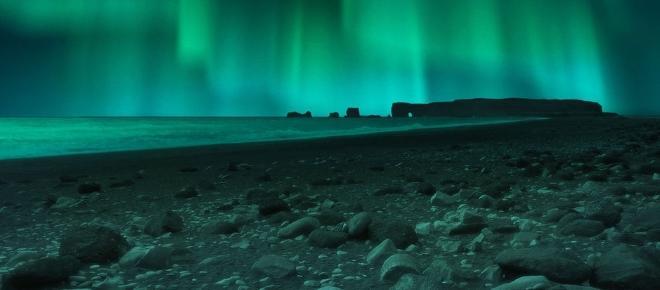 Islande : Reykjavik illuminée uniquement par les aurores boréales