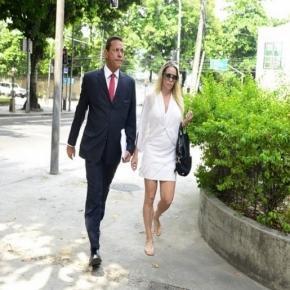 Danielle com o seu advogado na porta da delegacia - Reprodução/Site Ego