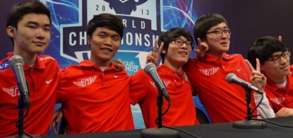 Datei:SK Telecom T1 at LoL World Championship 2013.jpg – Wikipedia - wikipedia.org