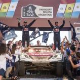 Stephane Peterhansel (dir.) se tornou o maior campeão do Rally Dakar, com 13 títulos