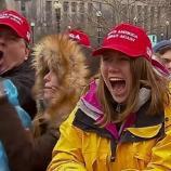 Die Anhänger Trumps bei seiner Antrittsrede. Bildfenster: Первая речь Дональда Трампа как действующего 45го президента США. Инаугурационная речь (YT)
