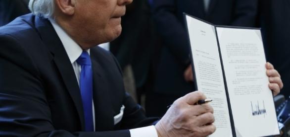donald trump firma contrato imigratorio