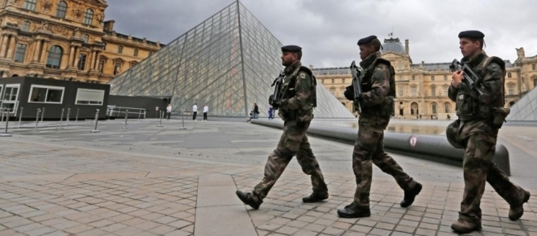 Parigi militare spara ad aggressore armato di macete for Parigi a febbraio