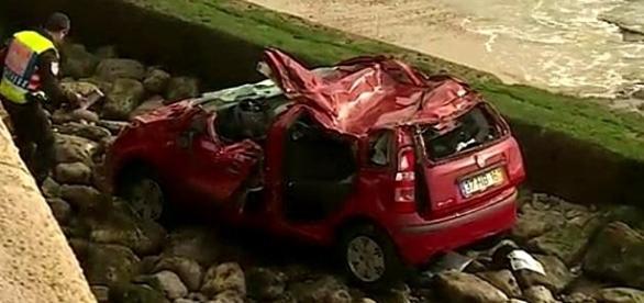 Automóvel galgou o muro e caiu nas rochas junto à praia