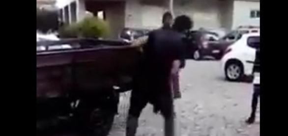 Rapaz agredido aos socos e pontapés na cabeça por um grupo de jovens
