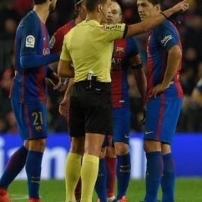 Gil Manzano expulsando a Luis Suárez