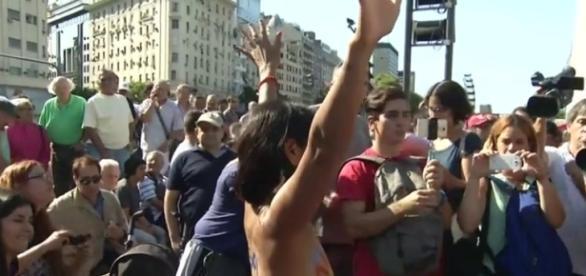 Manifestación de mujeres en Buenos Aires como protesta contra la expulsión de tres de ellas por topless.