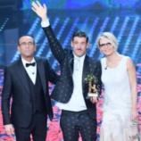 Francesco Gabbani con Maria De Filippi e Carlo Conti