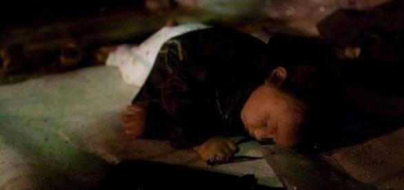 FETIŢĂ de 4 ani ÎNGHEŢATĂ în parc. Lângă ea, pe bancă, MAMA ÎN COMĂ ALCOOLICĂ
