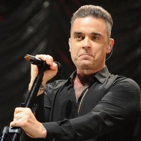 """Robbie Williams se """"limpia"""" las manos tras saludar a sus fans - sopitas.com"""
