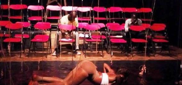 L'artiste performeuse Mireille Akaba lors de sa représentation