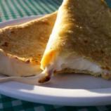 Una quesadilla clásica con queso y tortilla de maíz.