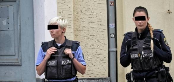 Zwei Polizeibeamtinnen vor der Wohnung der beiden Angeklagten kurz nach dem Fund der Leiche (Quelle: Pressefoto-Copyright Lutz Sebastian   mz-web.de