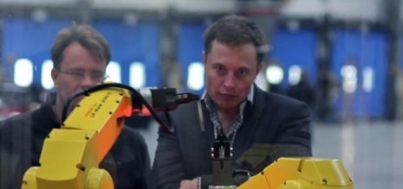 Elon Mus se relaja jugando a videojuegos que nunca abandonan sus temáticas favoritas