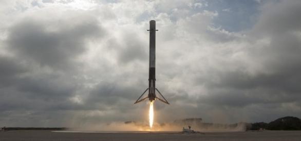 Racheta Falcon 9 aterizează la Centrul Spațial Kennedy din Cape Canaveral - Foto: Flickr/SpaceX