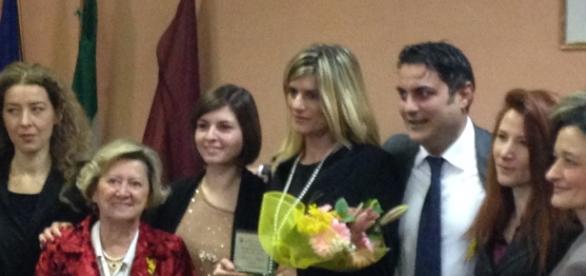 Federica Angeli riceve un premio dal presidente del Pd del X Municipio poi arrestato nell'inchiesta di Mafia Capitale.