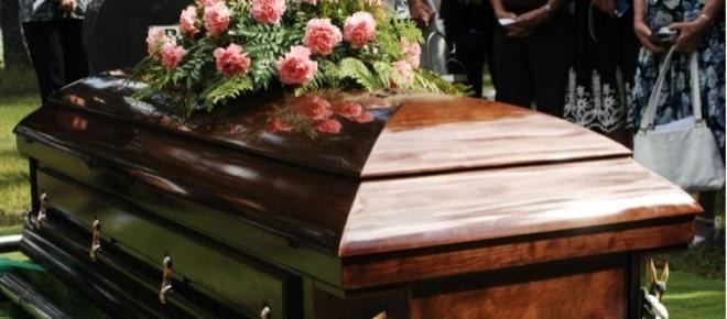 Adolescente acorda no caminho para o próprio funeral