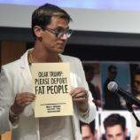 """Una de las extravagancias de Milo Yiannopoulos: un cartel en el que pide """"Querido Trump: por favor, deporta a la gente obesa""""."""