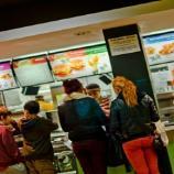 Consumidores esperando a ser atendidos en un restaurante de comida rápida | JON BUNTING (Flickr)
