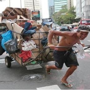 Catadores de material reciclável trabalhando nas ruas de Porto Alegre