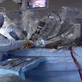 Preparando al robot quirúrgico Da Vinci para operar