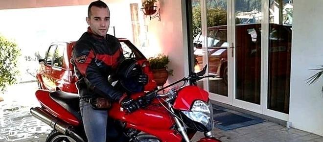 Motociclista morre ao despistar-se contra carro estacionado