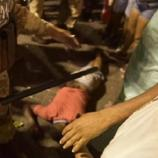 Na imagem é possível ver o homem atingido caído no chão após ser alvejado pelo PM, que perdeu o controle.