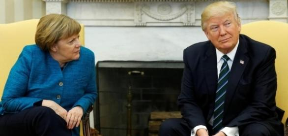 Donald Trump wirkt selbstsicher, Angela Merkel sieht eher kritisch rein. In Washington betonten beide Politiker ihre Verschiedenheit! - rtl.de
