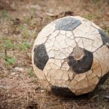 Una vieja pelota de fútbol, un símbolo del juego