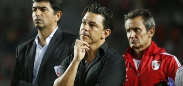 Marcelo Gallardo sufre la derrota ante Lanús pero se quedó en el campo de juego, con todo el equipo, para felicitar al rival por el título
