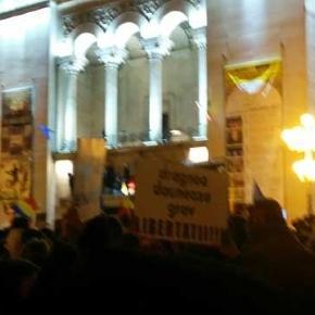 Les manifestants devant l'Opéra de Timosoara (photo E. Sur), ville d'oû avait été déclenchée l'insurrection contre le régime communiste roumain