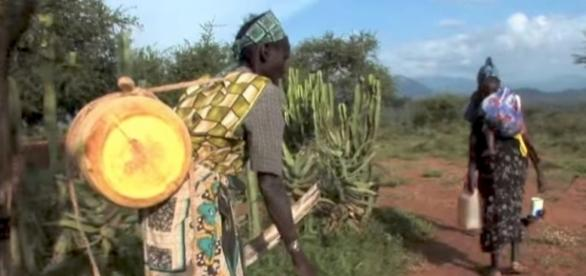 Carrying water in Africa. World Vision (YouTube-Screencap)