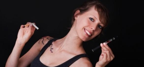 Fotolia: © M.Dörr & M.Frommherz / Junge Frau entscheidet sich für die e-Zigarette