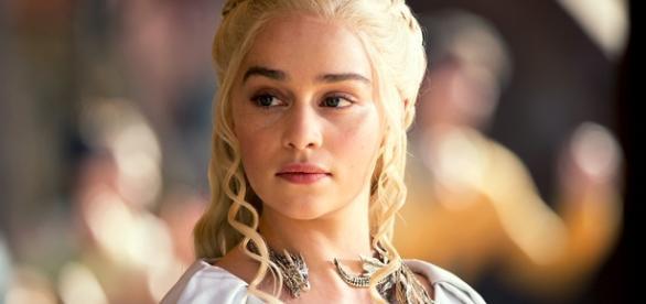 Emilia Clarke caracterizada como Daenerys Targaryen.