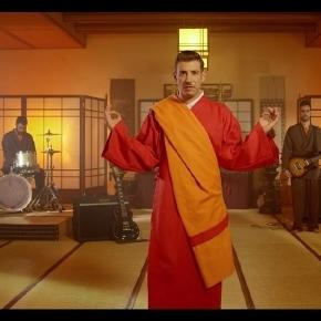 "Francesco Gabbani nel video di ""Occidentali's Karma""."