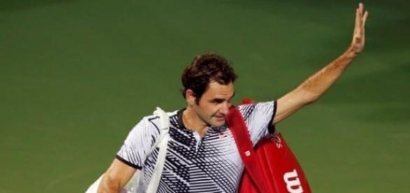 Roger Federer saluta i tifosi dopo l'incredibile sconfitta al secondo turno.