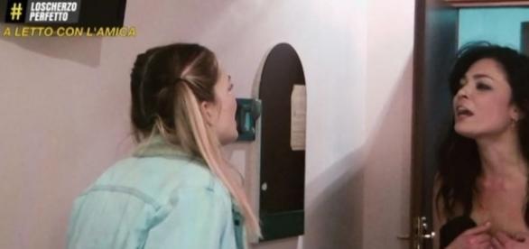Prima puntata de 'Lo Scherzo perfetto': una ragazza resta a seno nudo in TV
