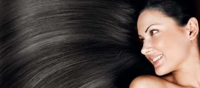 Como fazer banho de brilho natural para cabelos escuros