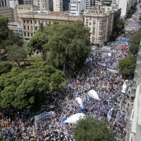 Docentes marchando hacia la capital provincial, La Plata (Fuente: Perfil)