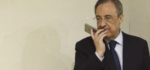 Florentino Pérez, manteniendo una conversación telefónica