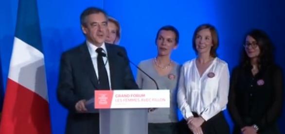 François Fillon semant l'effroi parmi les demoiselles de la Légion des Femmes avec Fillon