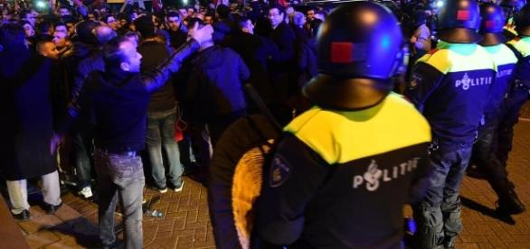 Niederländische Polizei geht gegen türkische Demonstranten vor - web.de