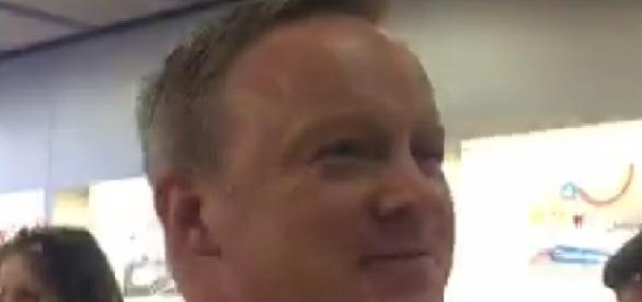 Sean Spicer at Apple store, via Twitter