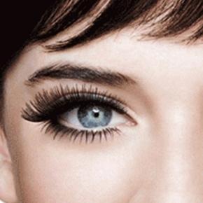 O efeito de cílios postiços pode ser conseguido com maquiagem em casa