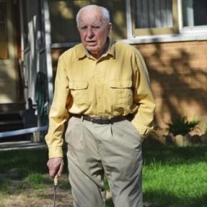 Michael Karkoc en su jardin de casa en Minnesota