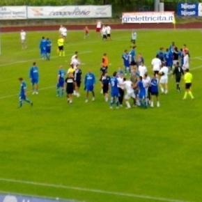 Una rissa su un campo di calcio, un'immagine violenta sempre più frequente nei campionati minori