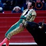 Toureiro golpeado por touro e olho de vidro salta do rosto.